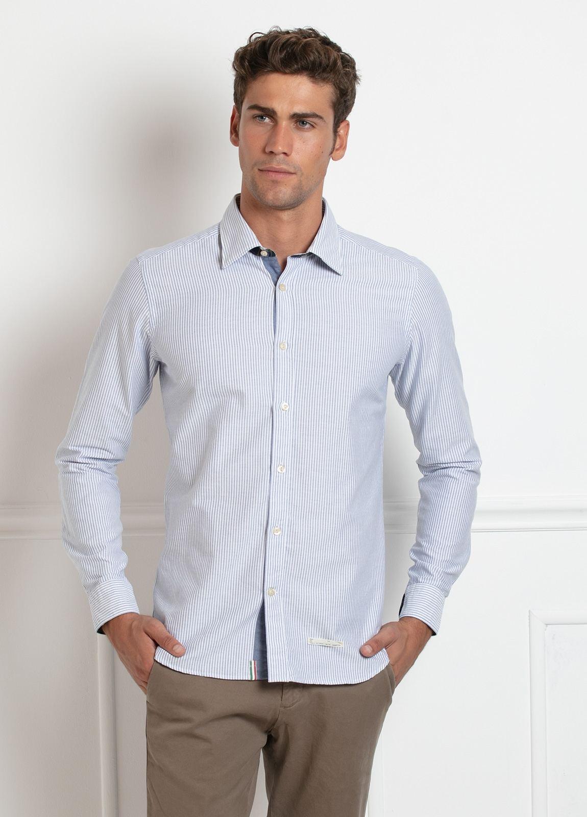 Camisa sport SLIM FIT, raya fina combinada con interior puños y cuello de cuadros, color azul celeste. 100% Algodón.