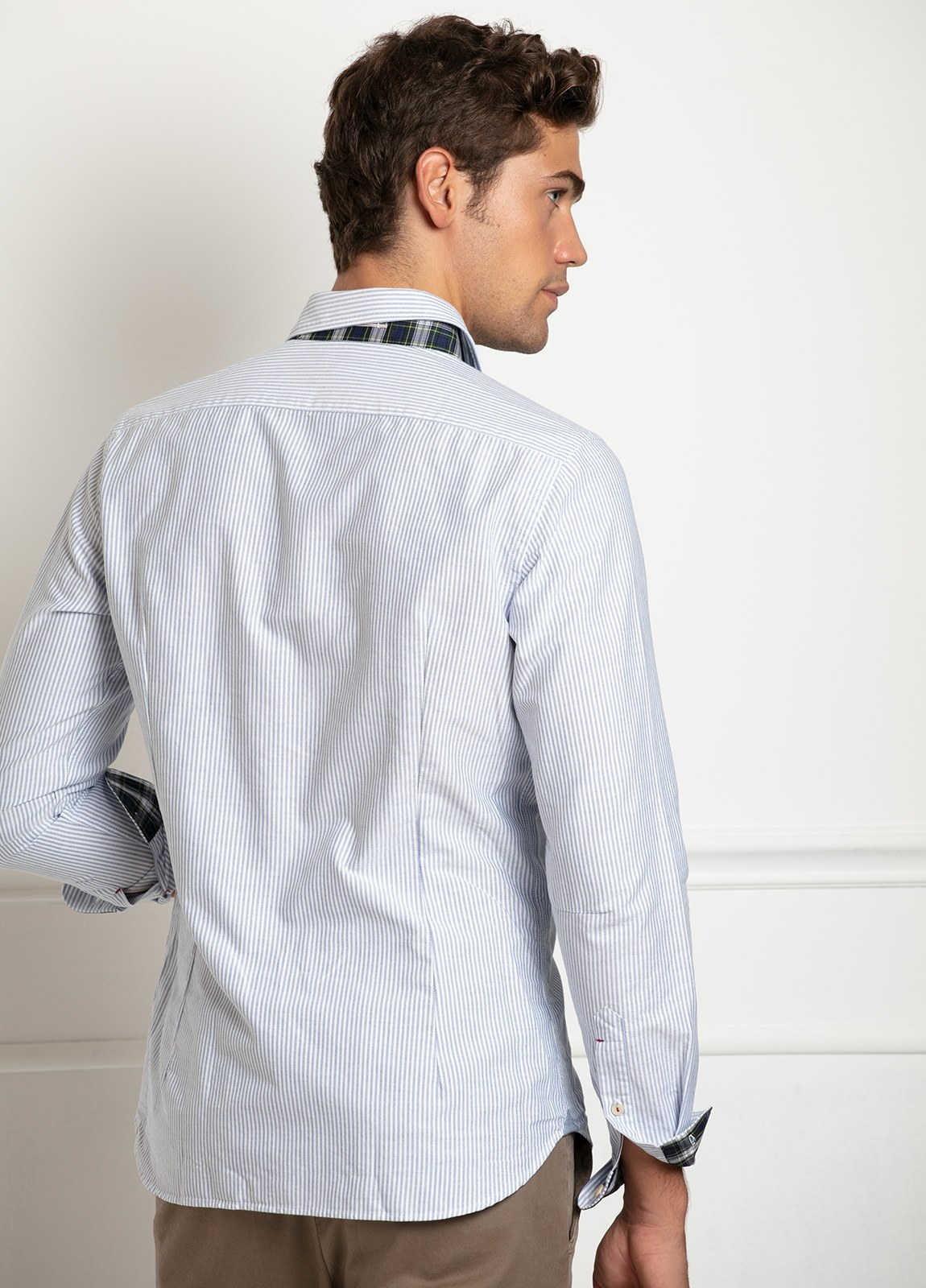 Camisa sport SLIM FIT, raya fina combinada con interior puños y cuello de cuadros, color azul celeste. 100% Algodón. - Ítem1