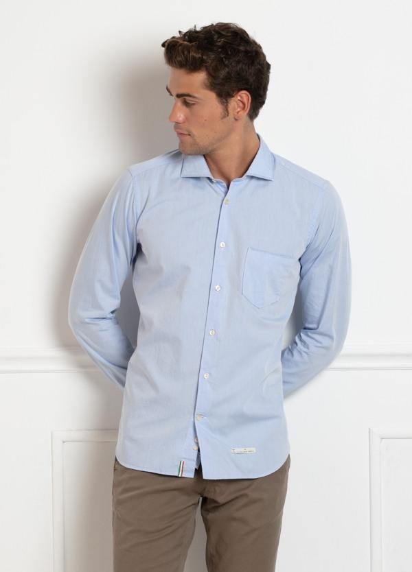 Camisa sport SLIM FIT, lisa color azul celeste, detalle en cuello. 100% Algodón.