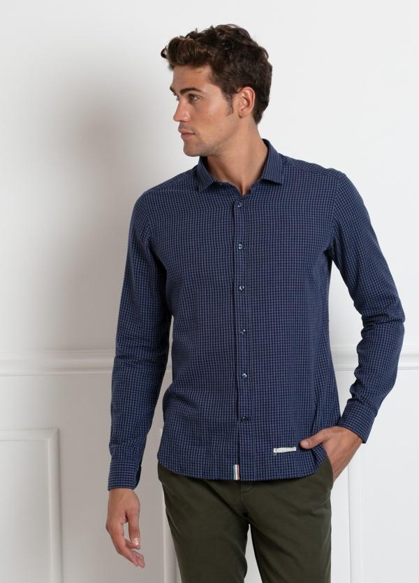 Camisa sport SLIM FIT estampado cuadro pequeño color azul oscuro. 100% Algodón.