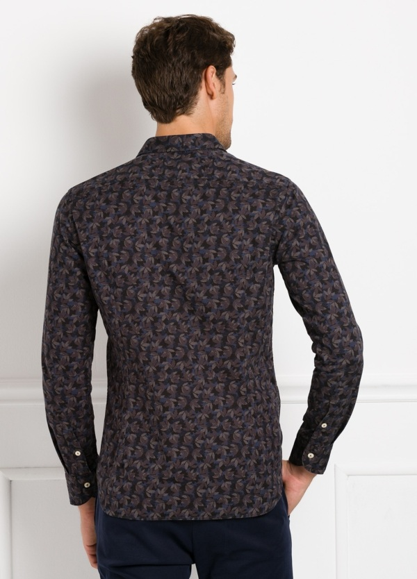 Camisa sport SLIM FIT con estampado hojas color azul y marrón. 100% Algodón. - Ítem1