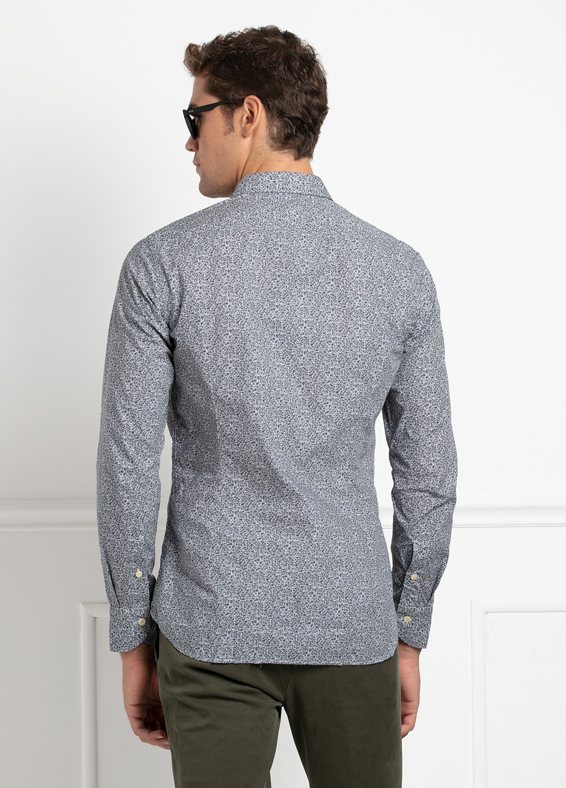 Camisa sport SLIM FIT con estampado floral en tonos gris azulado. 100% Algodón. - Ítem1