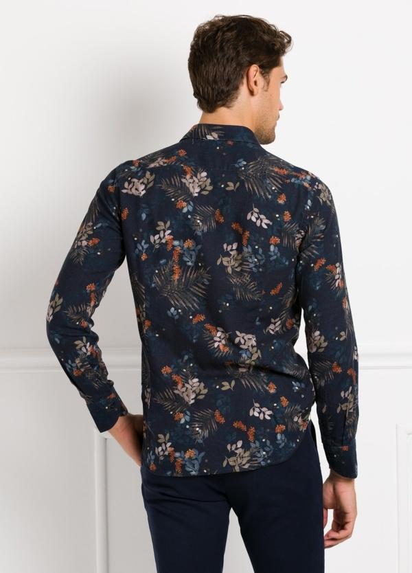 Camisa sport SLIM FIT con estampado floral, fondo color azul noche. 100% Algodón. - Ítem1