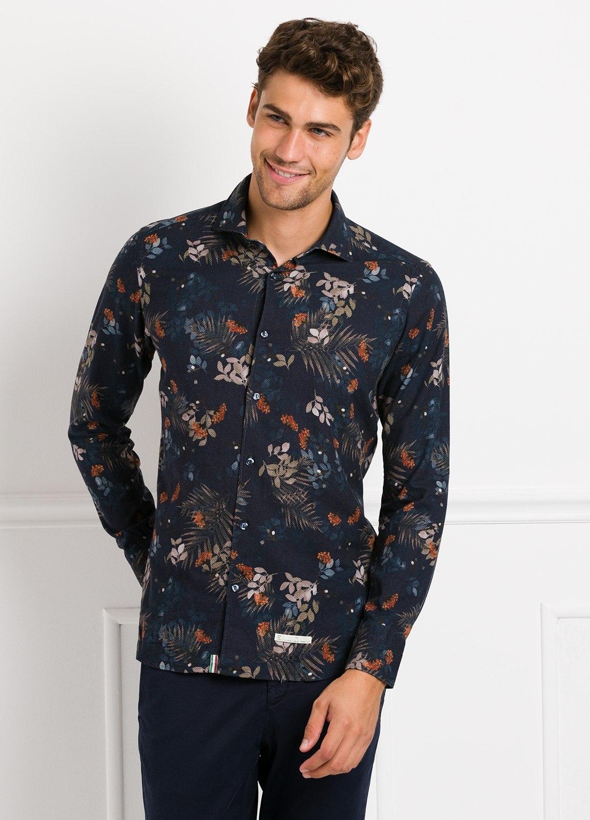 Camisa sport SLIM FIT con estampado floral, fondo color azul noche. 100% Algodón.