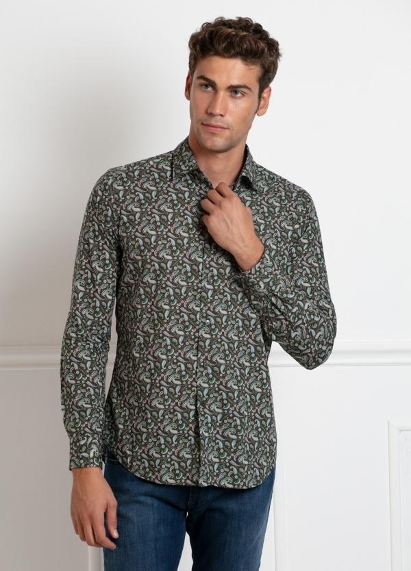 Camisa sport SLIM FIT modelo LEO estampado fantasia en tono verdoso fondo marrón, 100% Algodón.