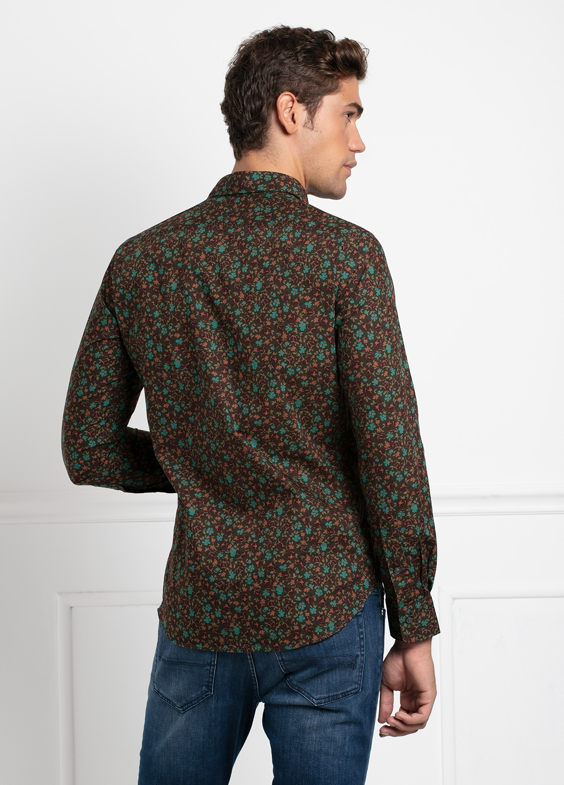 Camisa sport SLIM FIT modelo LEO estampado floral fondo marrón, 100% Algodón. - Ítem2