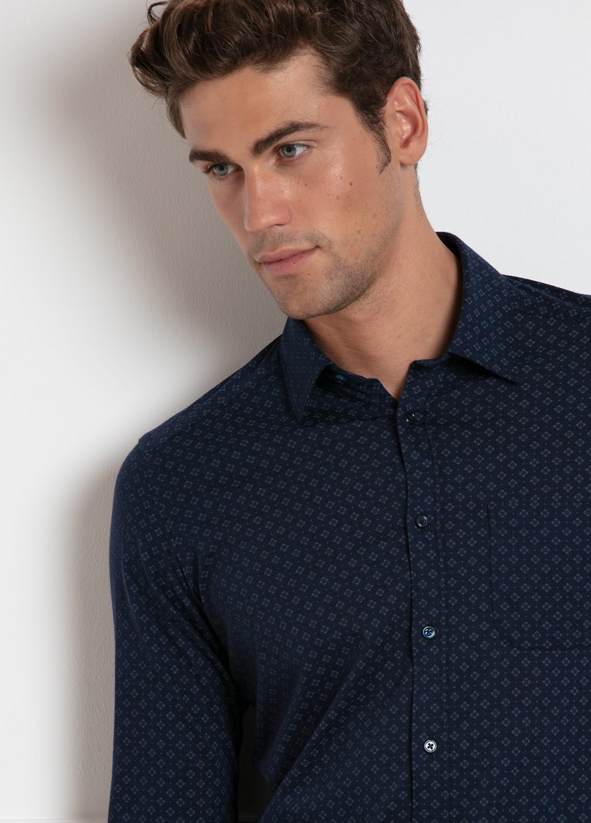 Camisa sport SLIM FIT modelo BLAKE estampado geométrico fondo azul marino, 100% Algodón.
