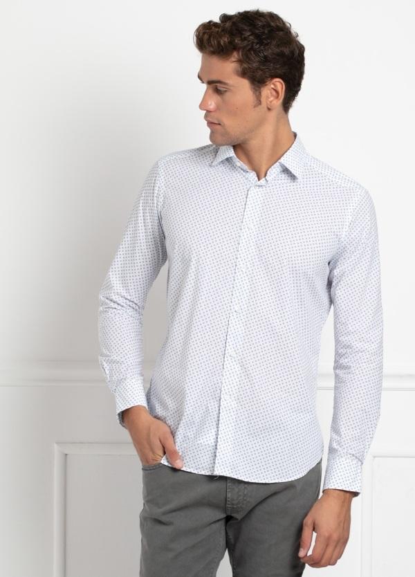 Camisa sport SLIM FIT modelo LEO estampado geométrico azul fondo blanco, 100% Algodón.