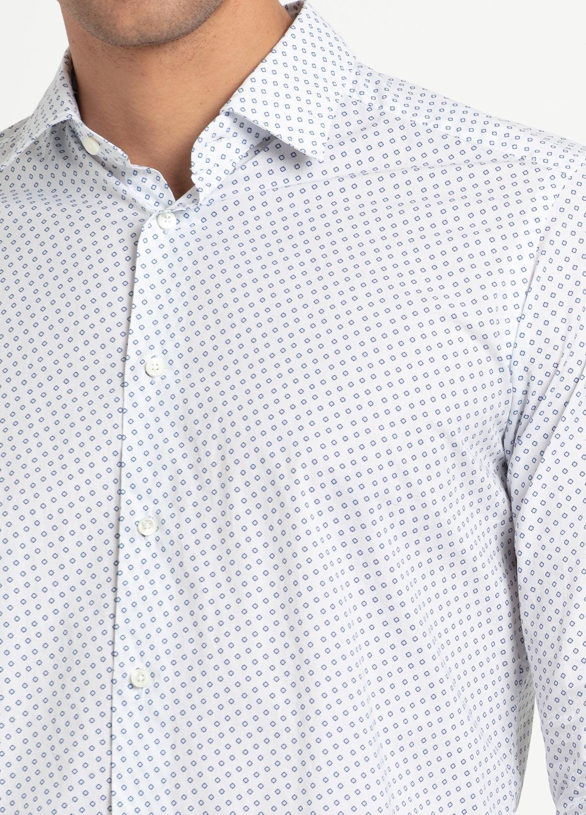 Camisa sport SLIM FIT modelo LEO estampado geométrico azul fondo blanco, 100% Algodón. - Ítem2
