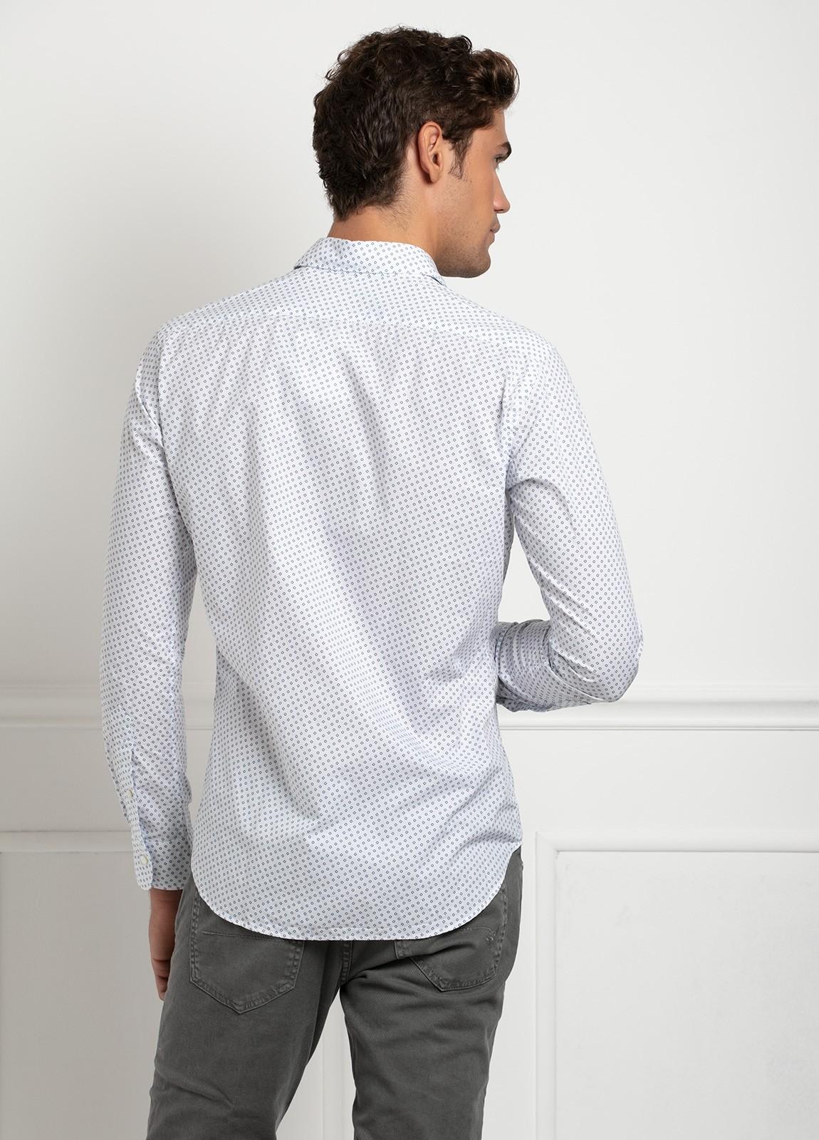 Camisa sport SLIM FIT modelo LEO estampado geométrico azul fondo blanco, 100% Algodón. - Ítem1