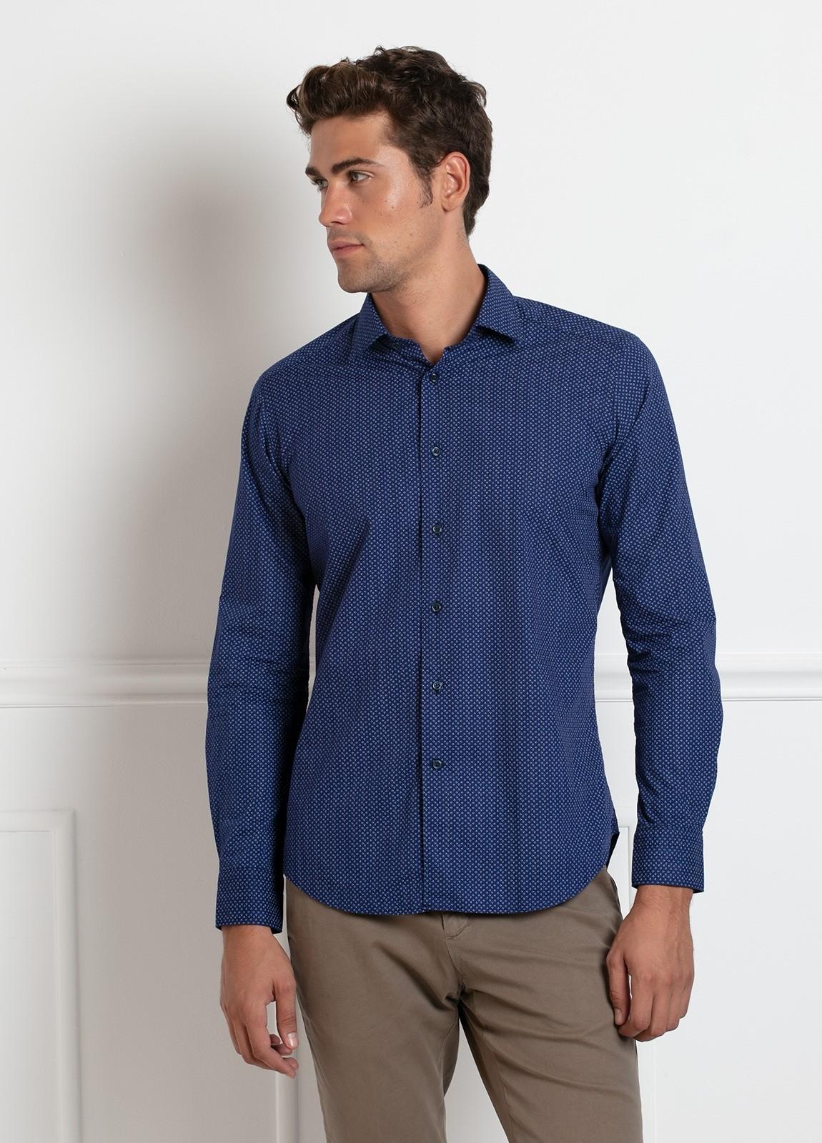 Camisa sport SLIM FIT modelo LEO estampado geométrico azulón, 100% Algodón.