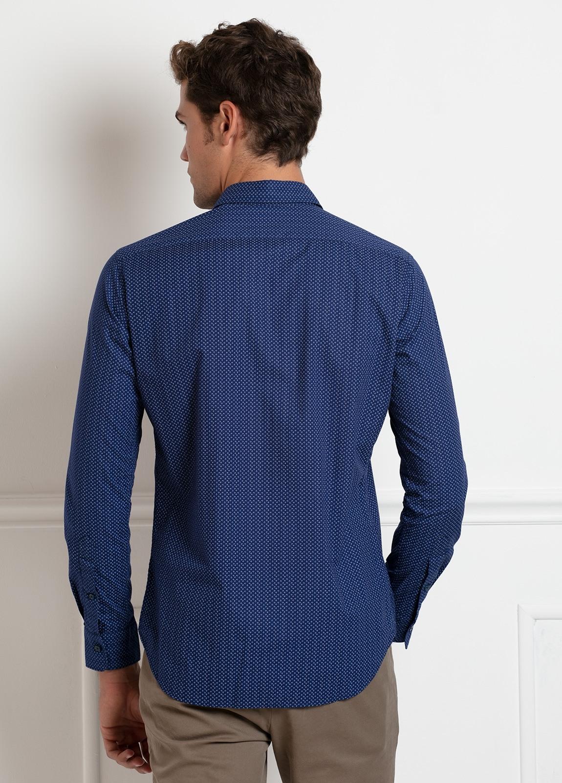 Camisa sport SLIM FIT modelo LEO estampado geométrico azulón, 100% Algodón. - Ítem2