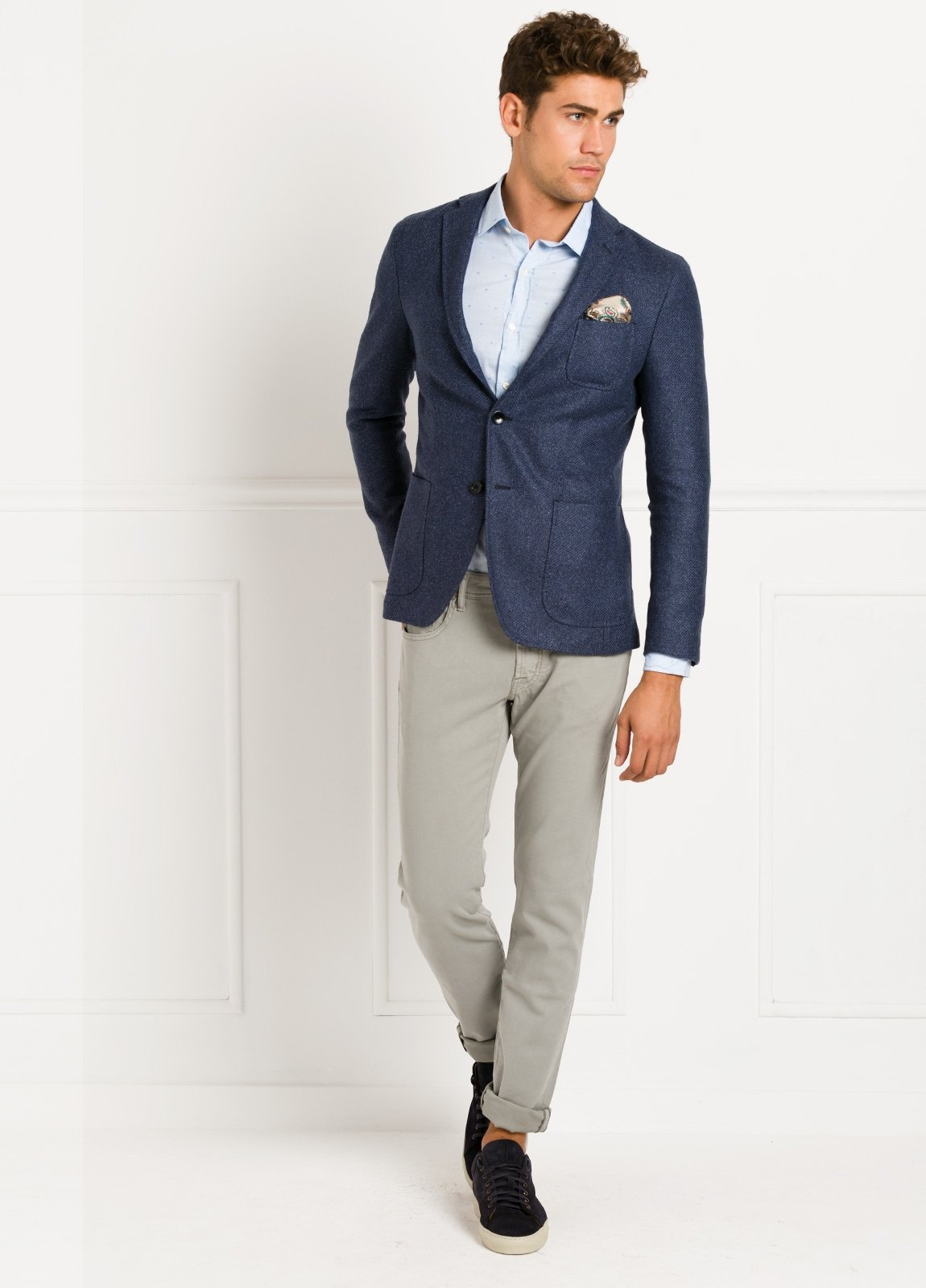 Americana SOFT JACKET Slim Fit, tejido textura color azul medio. 60% Lana virgen, 24% Poliamida, 16% seda.