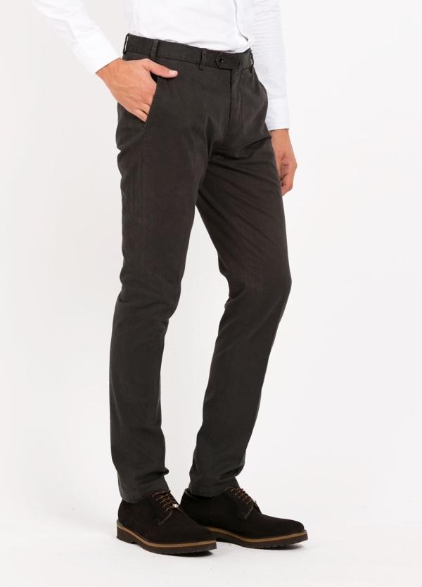 Pantalón chino modelo SANTA color gris oscuro. 98% Algodón 2% Elastán.