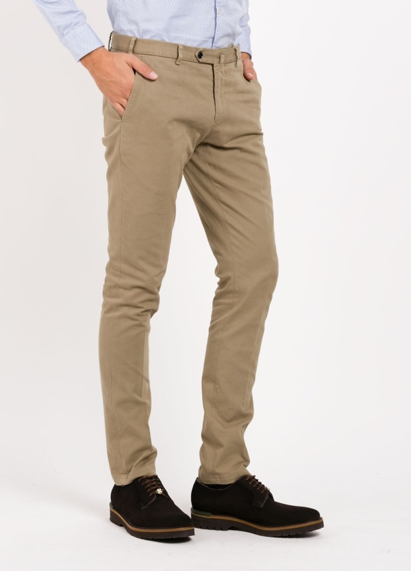 Pantalón chino modelo SANTA color beige. 98% Algodón 2% Elastán.
