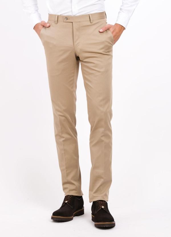 Pantalón vestir de algodón Slim Fit, color beige. 98% Algodón 2% Ea.