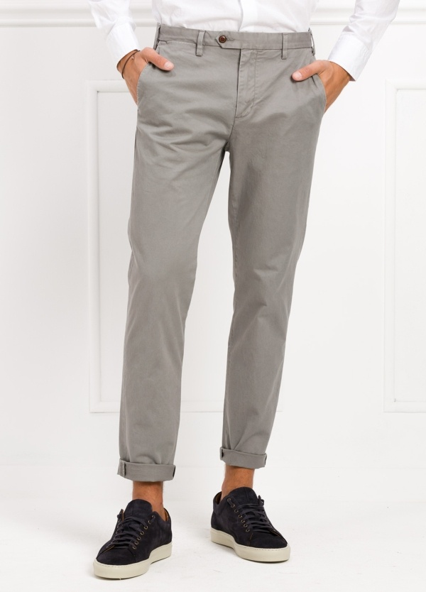 Pantalón chino REGULAR FIT modelo BRIAN color gris. 97% Algodón, 3% Elastán.