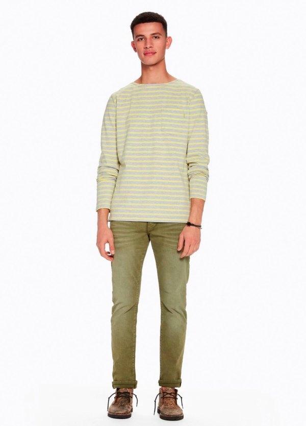 Pantalón 5 bolsillos, 10 oz. Regular slim fit, botones. Modelo RALSTON. Denim elástico teñido en prenda color kaki. 90% Algodón 8% Poliéster 2% Elastano.