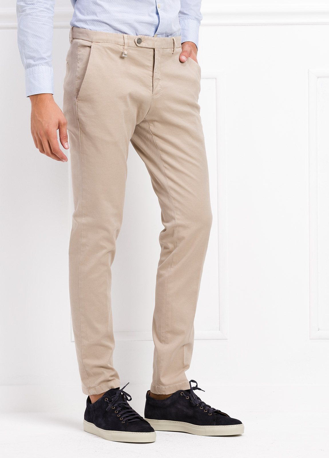 Pantalón modelo slim fit color beige. 97% Algodón 3% Ea. - Ítem1