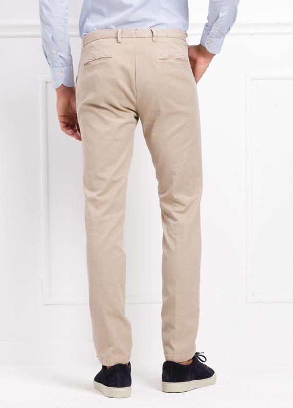 Pantalón modelo slim fit color beige. 97% Algodón 3% Ea. - Ítem3