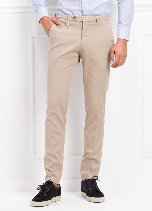 Pantalón modelo slim fit color beige. 97% Algodón 3% Ea.