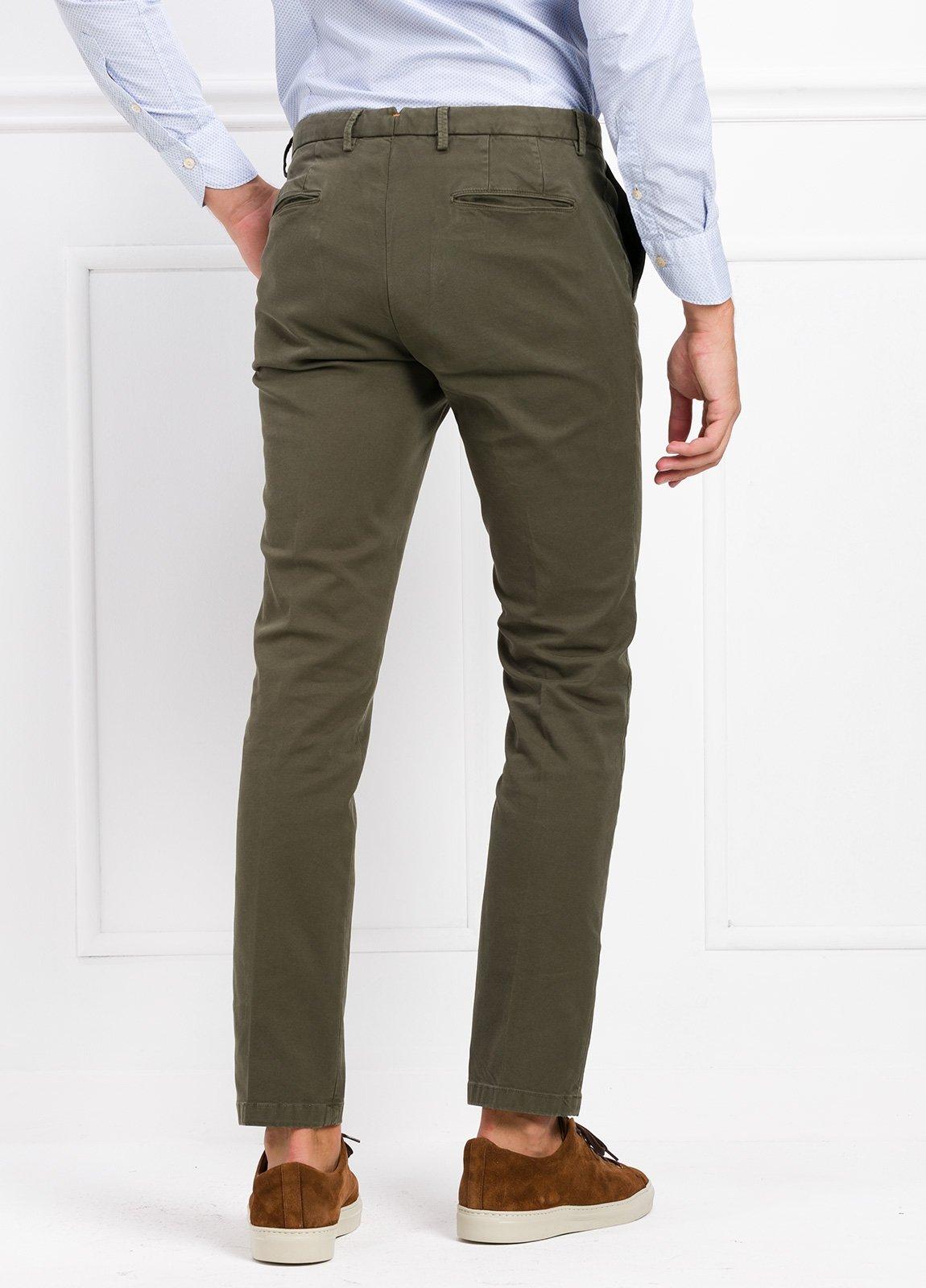 Pantalón modelo slim fit color verde kaki. 97% Algodón 3% Ea. - Ítem1