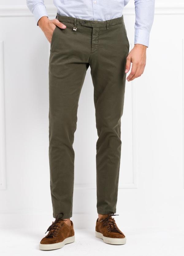 Pantalón modelo slim fit color verde kaki. 97% Algodón 3% Ea.