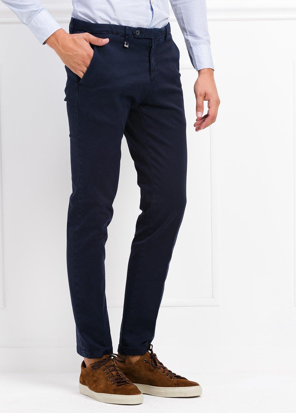 Pantalón modelo slim fit color azul marino. 97% Algodón 3% Ea. - Ítem1