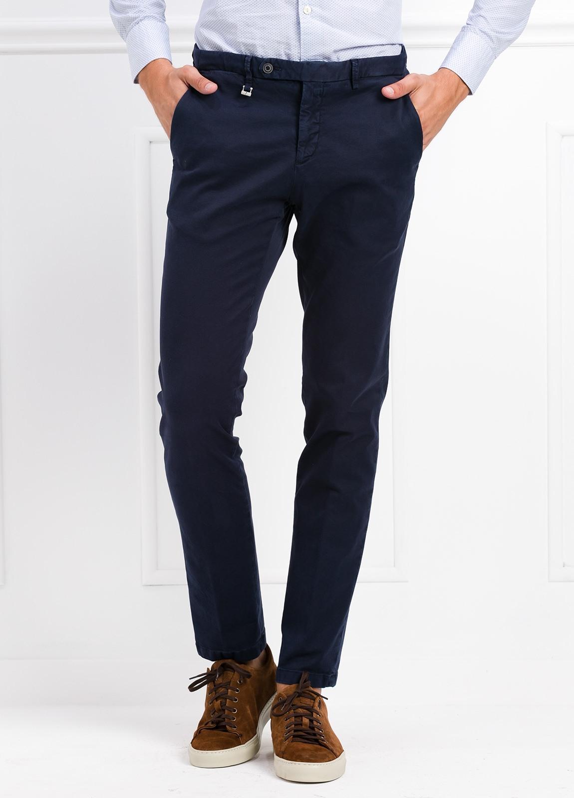 Pantalón modelo slim fit color azul marino. 97% Algodón 3% Ea.