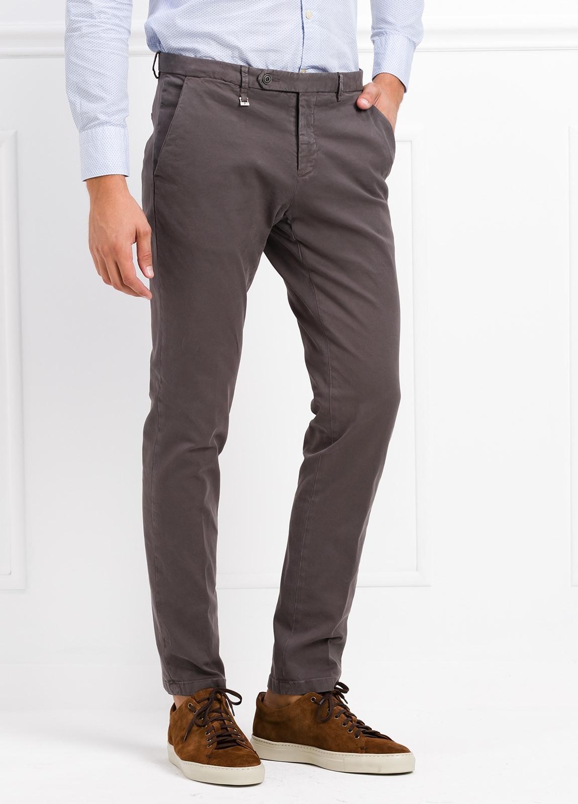 Pantalón modelo slim fit color gris. 97% Algodón 3% Ea. - Ítem1