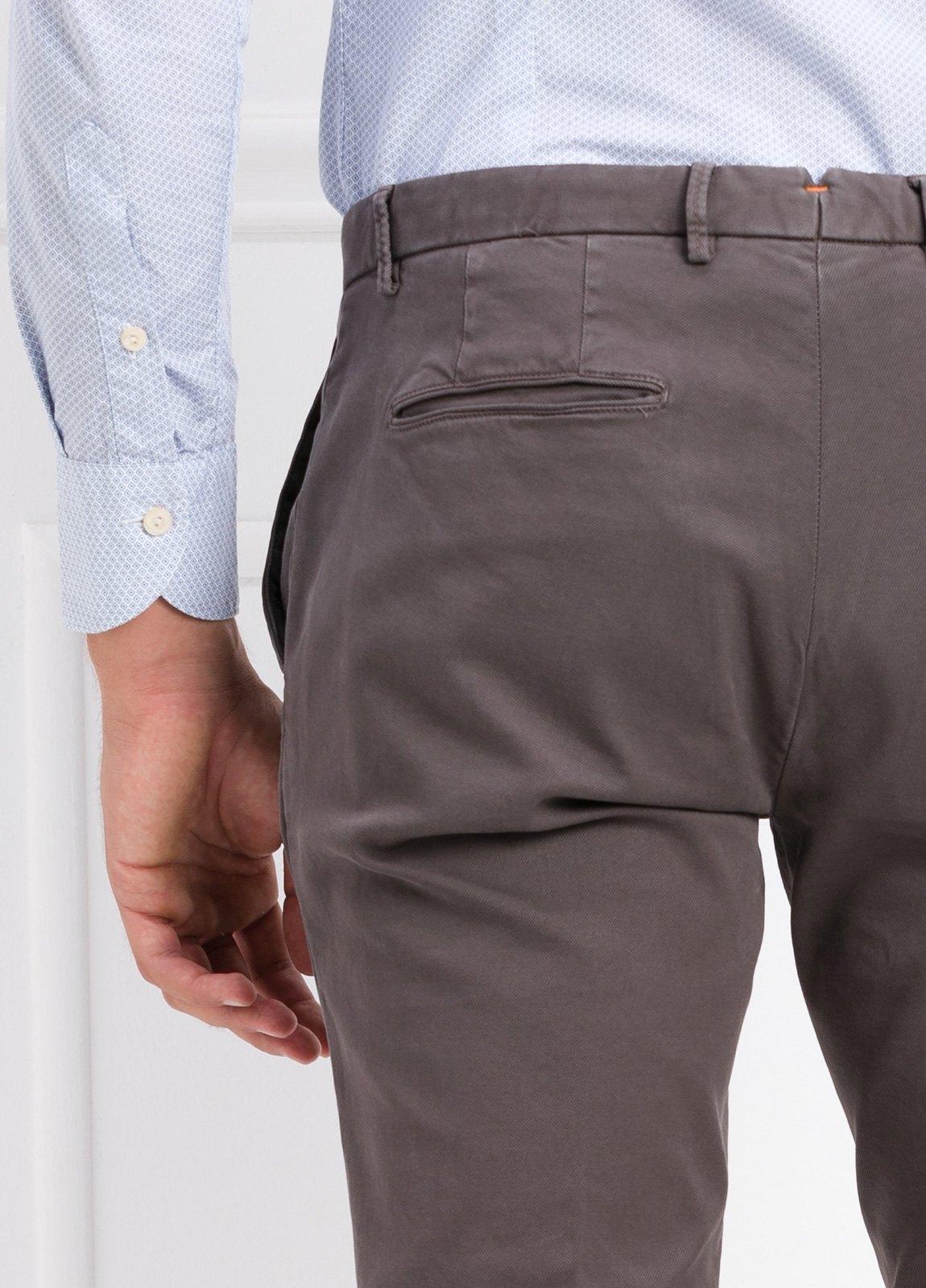 Pantalón modelo slim fit color gris. 97% Algodón 3% Ea. - Ítem2
