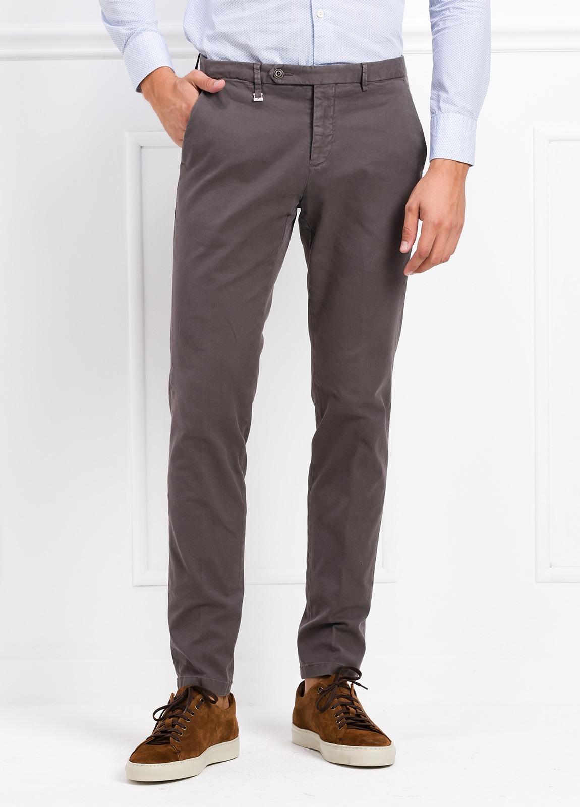 Pantalón modelo slim fit color gris. 97% Algodón 3% Ea.