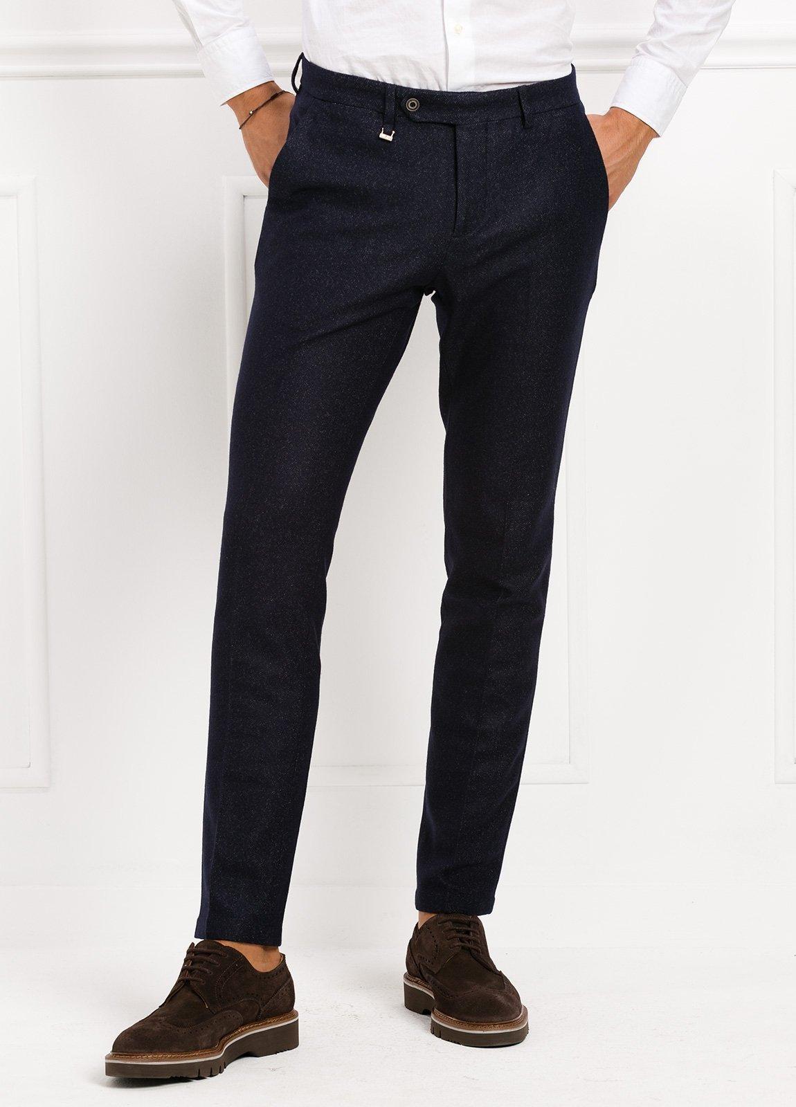Pantalón modelo slim fit, color marino. 53% Lana 47% Poliester.