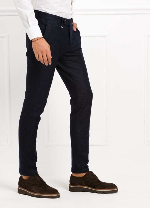 Pantalón modelo slim fit, color marino. 53% Lana 47% Poliester. - Ítem2