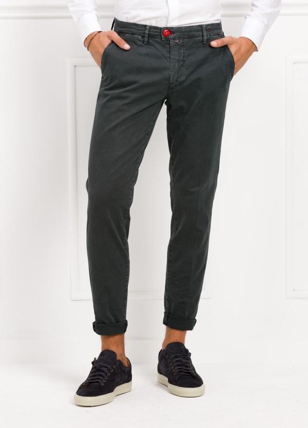 Pantalón chino color gris oscuro. 98% Algodón 2% Ea.