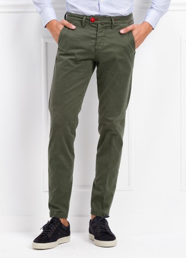 Pantalón chino color verde kaki. 97% Algodón 3% Ea.