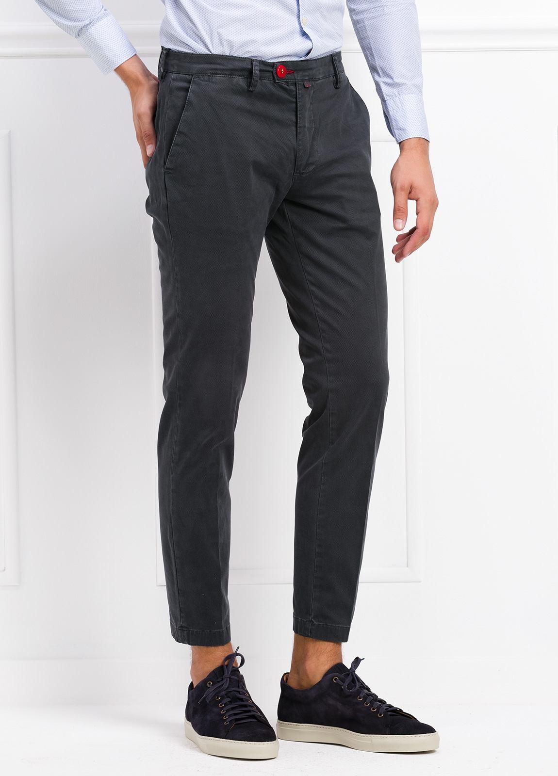 Pantalón chino color gris oscuro. 97% Algodón 3% Ea. - Ítem1