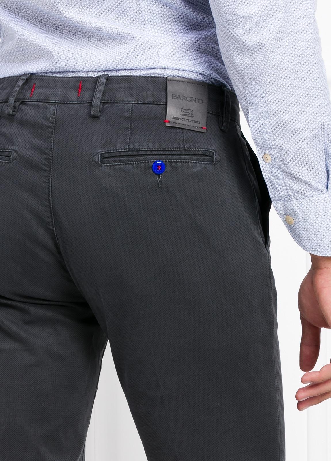 Pantalón chino color gris oscuro. 97% Algodón 3% Ea. - Ítem3