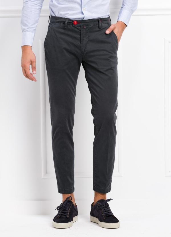 Pantalón chino color gris oscuro. 97% Algodón 3% Ea.