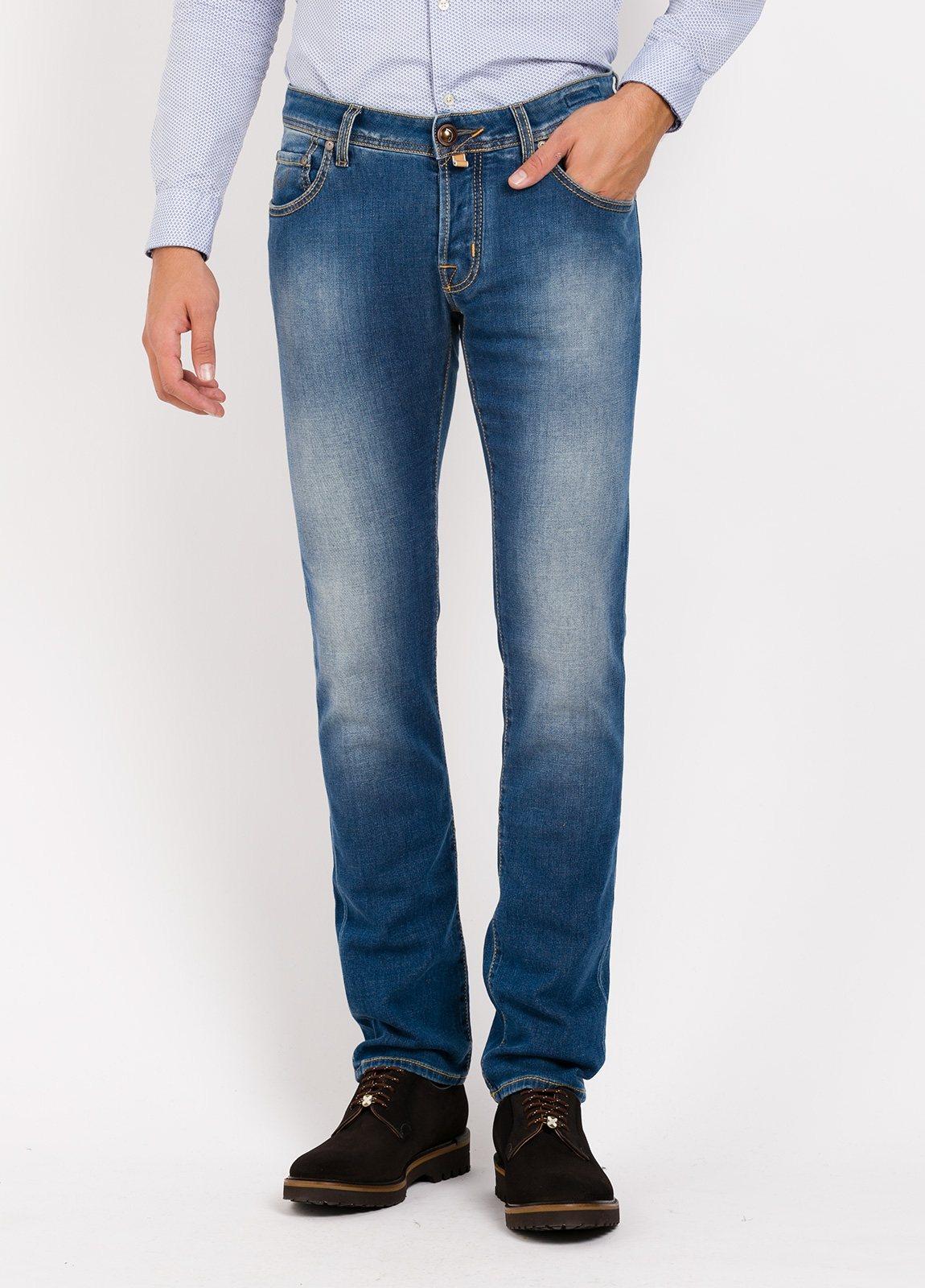 Pantalón 5 bolsillos ligeramente slim fit modelo J622 color azul denim . 95% Algodón, 3% poliestes 2% Ea.