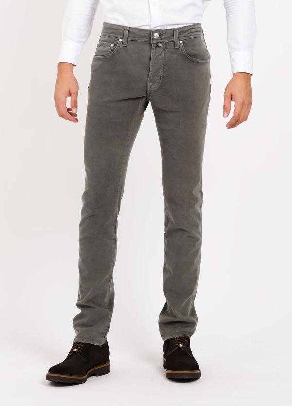 Pantalón 5 bolsillos ligeramente slim fit modelo PW688 color antracita. 67% Algodón, 31% Lyocell, 3% Ea.