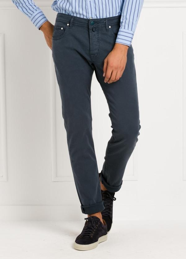 Pantalón 5 bolsillos ligeramente slim fit modelo J688 color marino. 67% Algodón, 31% Lyocell, 3% Ea.