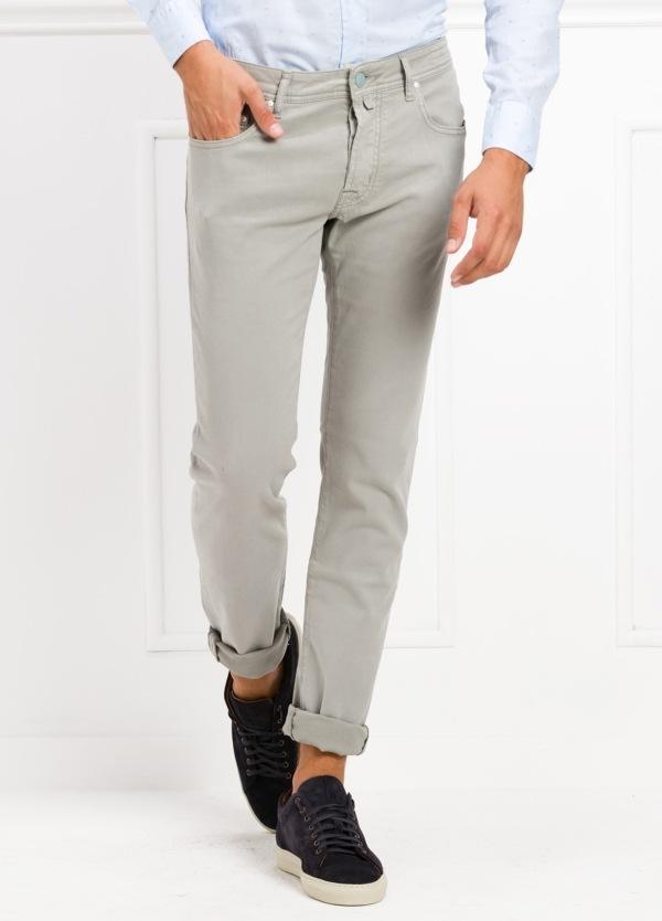 Pantalón 5 bolsillos ligeramente slim fit modelo J688 color gris claro. 67% Algodón, 31% Lyocell, 3% Ea.