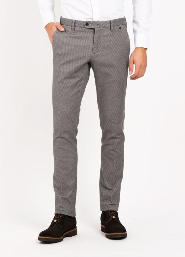 Pantalón sport chino modelo JACK 02, tejido dibujo color gris. 98% Algodón 2% Elastán.