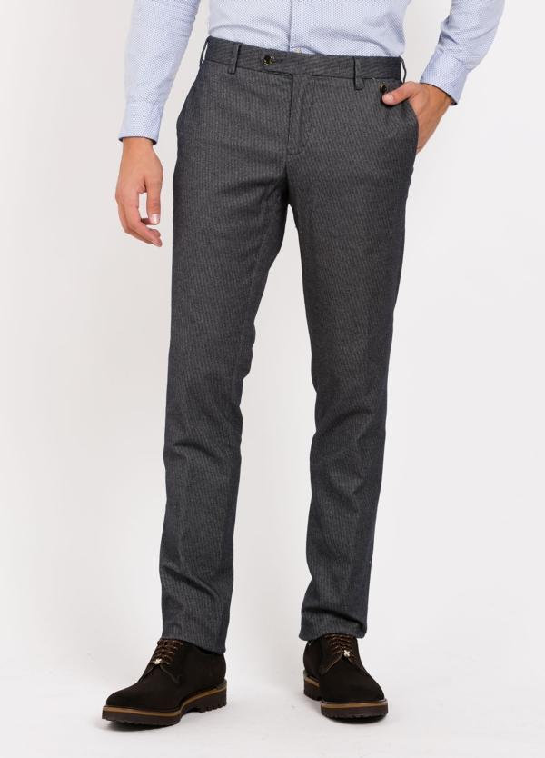 Pantalón Sport chino modelo JACK 02, tejido dibujo color gris oscuro. 98% Algodón 2% Elastán.