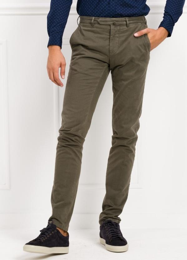 Pantalón sport slim fit color visón. 98% Algodón 2% Elastano.