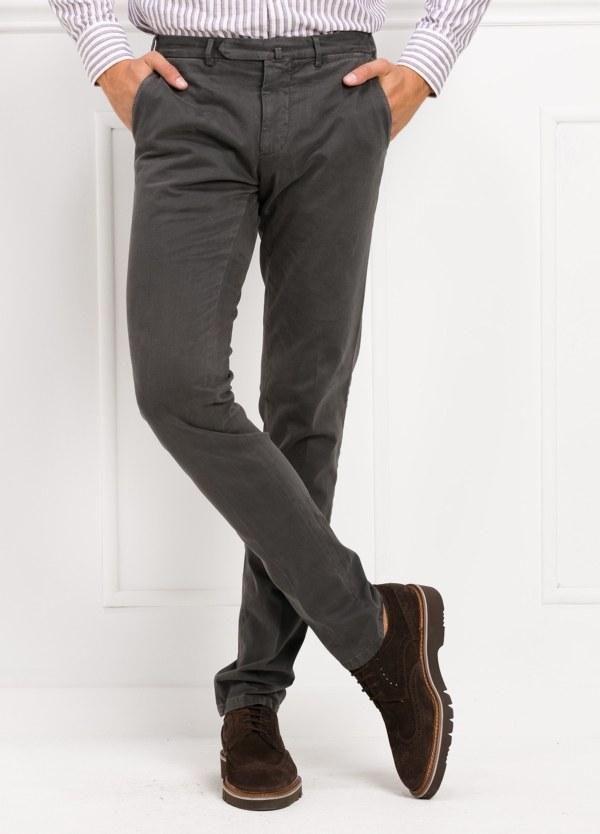 Pantalón sport slim fit color gris. 98% Algodón 2% Elastano.