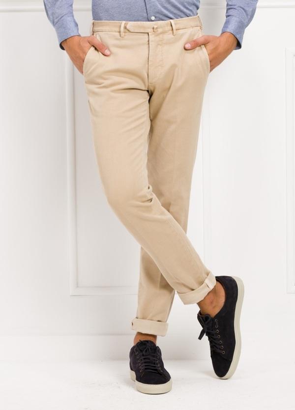 Pantalón sport slim fit color beige. 98% Algodón 2% Elastano.