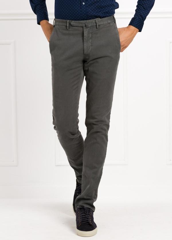 Pantalón sport slim fit color gris . 98% Algodón 2% Elastano.