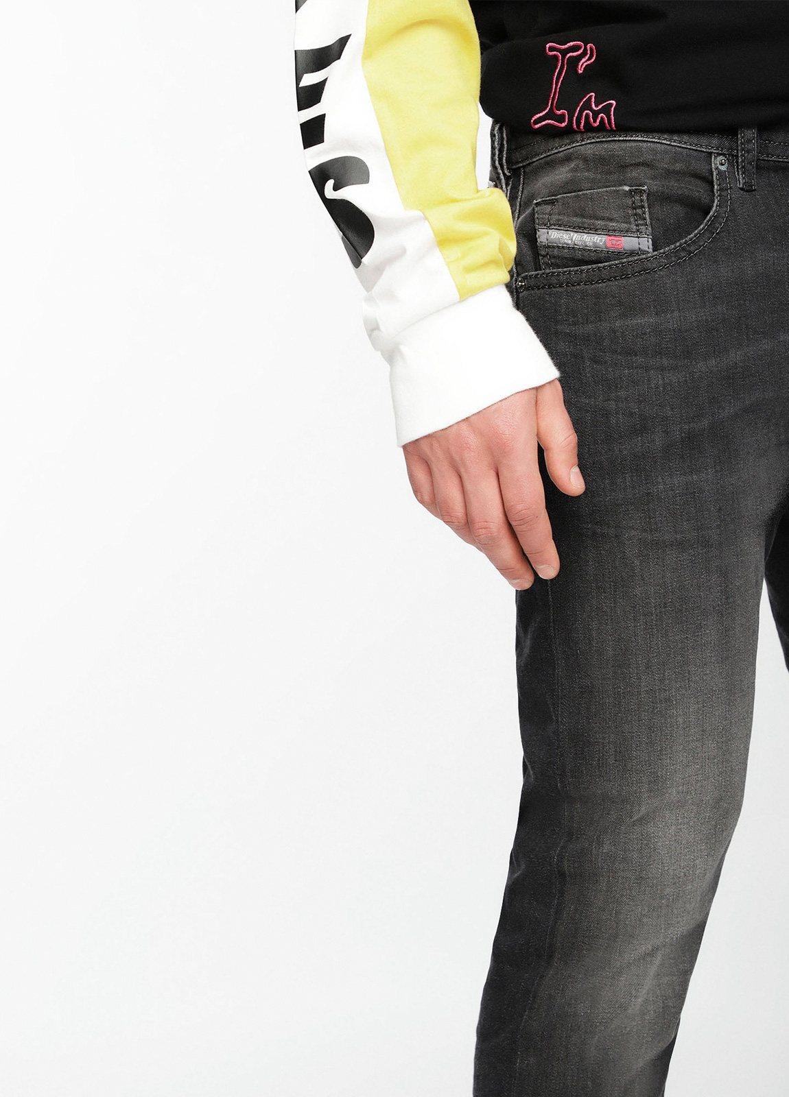 Pantalón tejano skinny modelo THOMMER color negro lavado. 72% Algodón 17% Poliéster 9%Visc. 2% Elastáno. - Ítem1